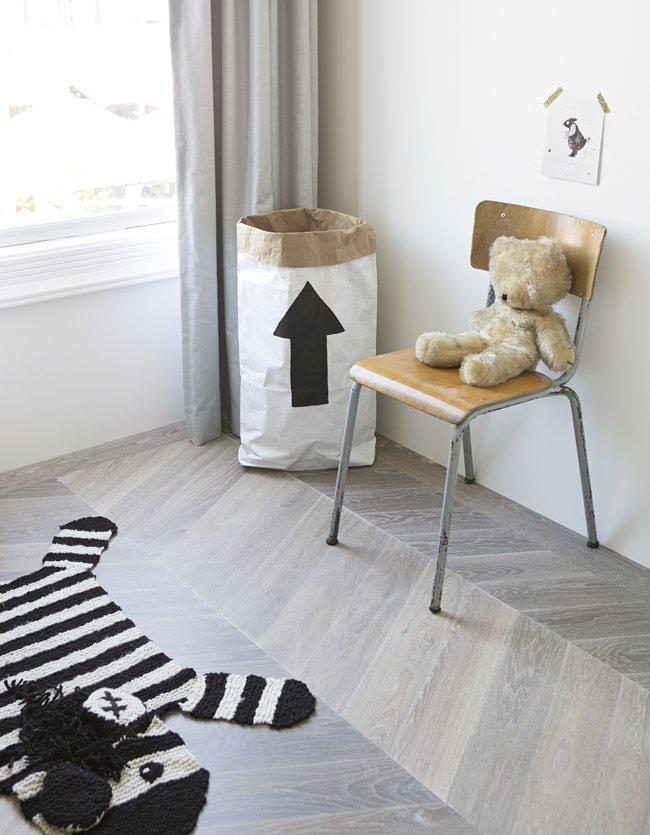 een houten vloer in de kinderkamer