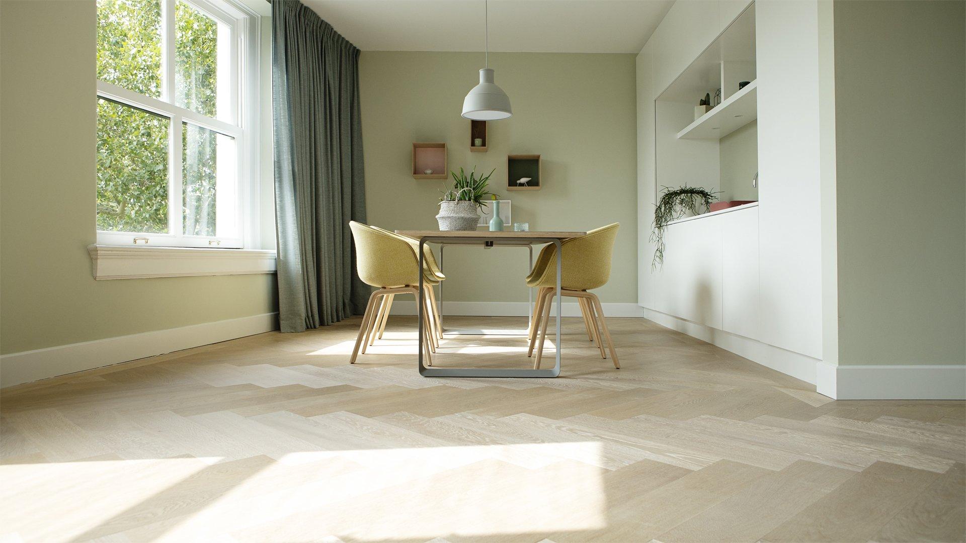 Visgraat vloer met een magnifieke kleur op vloerverwarming