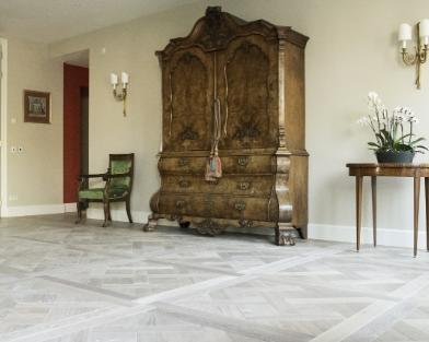 Houten vloer met het Versailles patroon